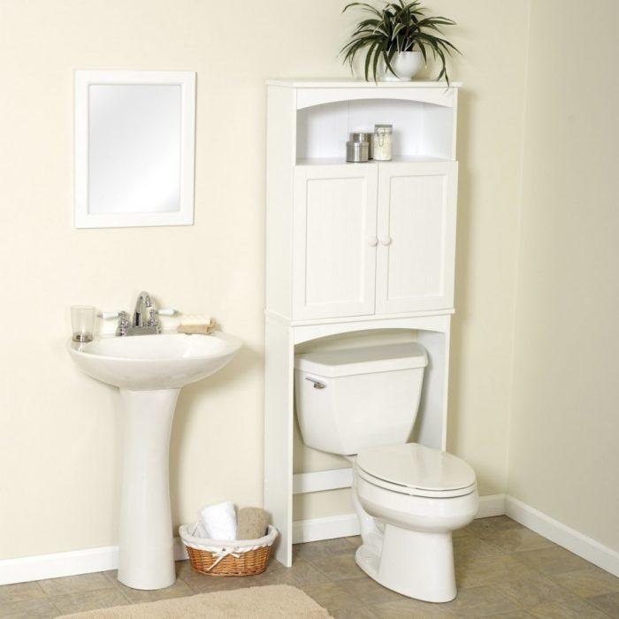 за унитазом шкаф в туалете
