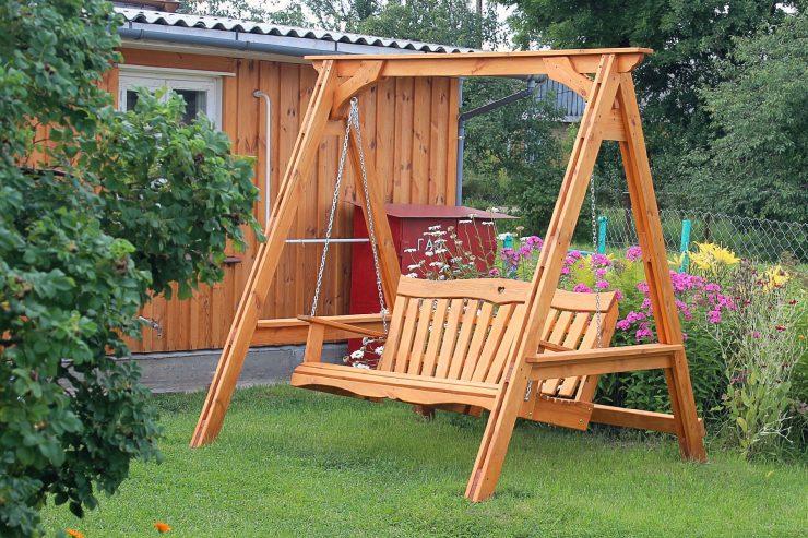 садовые деревянные качели